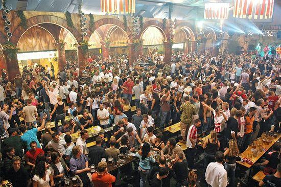 Cannstatter-volksfest-festzeltarcadia-innen_EYB